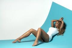 Sensuele blondevrouw met lang haar royalty-vrije stock afbeelding