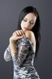 Sensuele brunette met manier zilveren kleding Stock Afbeeldingen