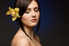 Sensuele brunette op blauwe achtergrond Royalty-vrije Stock Foto