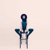Sensuele dame in een witte ruimtezitting op een stoel Eenzaamheid en royalty-vrije stock fotografie