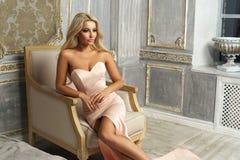 Sensuele dame in heldere meerminkleding Royalty-vrije Stock Fotografie