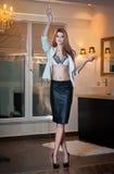 Sensuele elegante vrouw op de stellende manier van de bureauuitrusting. Mooie en sexy blonde jonge vrouw die sexy bustehouder en e Stock Foto