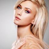 Sensuele jonge vrouw in de beige stof. royalty-vrije stock fotografie