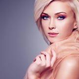 Sensuele jonge vrouw in de beige stof royalty-vrije stock foto