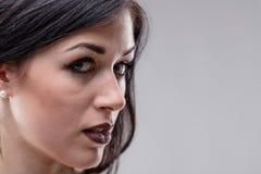 Sensuele jonge vrouw met een wellustige uitdrukking royalty-vrije stock foto's