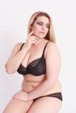 Sensuele jonge vrouw met grote maat in lingerie Royalty-vrije Stock Afbeeldingen