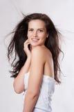 Sensuele jonge vrouw met mooie lange bruine vliegende haren, stellende I Royalty-vrije Stock Afbeelding