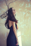 Sensuele mooie jonge vrouw met het ontwikkelen van haar Royalty-vrije Stock Afbeelding
