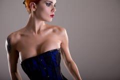 Sensuele roodharigevrouw in blauw korset Royalty-vrije Stock Foto