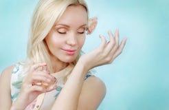 Sensuele tedere gevoelige jonge vrouw met parfum, schoonheidsconcept Stock Foto's