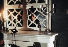 Sensuele vrouw in de donkere ruimte met kaarsen Royalty-vrije Stock Foto