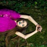 Sensuele vrouw dichtbij boom royalty-vrije stock afbeeldingen