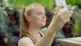 Sensuele vrouw die selfie in park nemen Sluit omhoog van sexy meisje die foto nemen stock footage