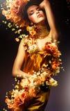 Sensuele vrouw in lange gele kleding Royalty-vrije Stock Afbeeldingen