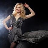 Sensuele vrouw in lange zwarte kleding royalty-vrije stock fotografie
