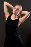Sensuele vrouwelijke blonde met opgeheven handen stock foto's