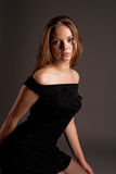 Sensuele vrouwelijke blonde in zwarte kleding Stock Afbeeldingen