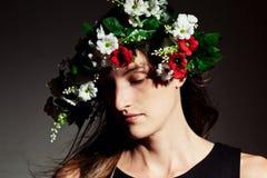 Sensuele vrouwen mooie vrouw in bloemkroon stock foto's