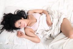 Sensuele vrouwenslaap op bed Stock Foto's