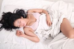 Sensuele vrouwenslaap op bed Stock Fotografie