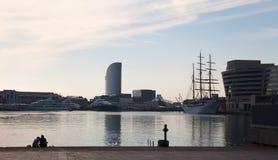 Sentándose en el muelle de la bahía, Barcelona foto de archivo libre de regalías