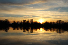Sent i aftonen på floden i April Arkivbilder