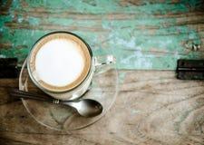 Sent kaffe på den wood tabellen Arkivfoto
