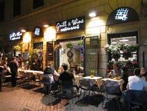 Sent - natt som äter middag i Rome Royaltyfri Bild