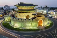 Sent - natttrafiksuddigheter förbi den Paldalmun porten i Suwon, södra Kor Arkivfoto