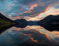 Sent nedgångnaturlandskap bergen och himlen i Norge i th royaltyfri foto