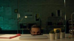Sent på natten i privat kontor arbetar affärsmannen på en bärbar dator Han lyckades internationellt, genom att segra det stora av lager videofilmer