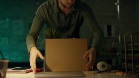 Sent på natten i privat kontor arbetar den allvarliga affärsmannen på en bärbar dator Han lyckades internationellt, genom att seg stock video