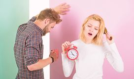 Sent styre för ånger Vi bör gå att bädda ned tidigare Dricker sömnigt ovårdat hår för kvinnan och för mannen morgonkaffe Parmorgo arkivfoton