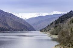 Sent vinterlandskap i bergen från bergsjön Arkivbilder