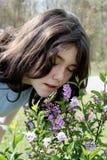 Senta l'odore dei fiori Fotografia Stock