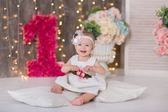 Sentada año del bebé 1-2 lindo en piso con los globos rosados en sitio sobre blanco Aislado Fiesta de cumpleaños celebración B fe Fotos de archivo