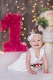 Sentada año del bebé 1-2 lindo en piso con los globos rosados en sitio sobre blanco Aislado Fiesta de cumpleaños celebración B fe Fotos de archivo libres de regalías