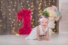 Sentada año del bebé 1-2 lindo en piso con los globos rosados en sitio sobre blanco Aislado Fiesta de cumpleaños celebración B fe Imagen de archivo