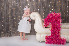 Sentada año del bebé 1-2 lindo en piso con los globos rosados en sitio sobre blanco Aislado Fiesta de cumpleaños celebración B fe Foto de archivo