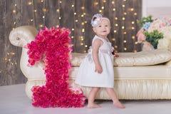 Sentada año del bebé 1-2 lindo en piso con los globos rosados en sitio sobre blanco Aislado Fiesta de cumpleaños celebración B fe Imagenes de archivo
