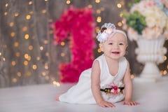 Sentada año del bebé 1-2 lindo en piso con los globos rosados en sitio sobre blanco Aislado Fiesta de cumpleaños celebración B fe Fotografía de archivo
