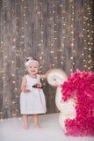 Sentada año del bebé 1-2 lindo en piso con los globos rosados en sitio sobre blanco Aislado Fiesta de cumpleaños celebración B fe Fotografía de archivo libre de regalías
