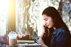 Sentada adolescente de Asia solamente usando el teléfono rojo y presionada Fotografía de archivo libre de regalías