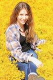Sentada adolescente en amarillo Fotos de archivo
