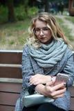 Sentada adolescente en banco Fotos de archivo