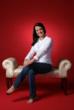 Sentada adolescente en banco Imágenes de archivo libres de regalías