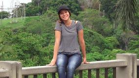 Sentada adolescente sonriente de la muchacha Fotografía de archivo