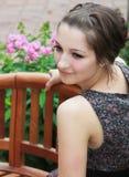 Sentada adolescente sonriente hermosa de la muchacha Imagenes de archivo