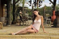 Sentada adolescente triguena en patio Imagen de archivo