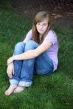 Sentada adolescente triste de la muchacha Imagenes de archivo
